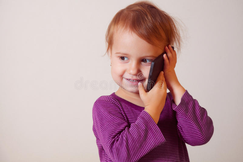 Close-upportret van mooi gelukkig weinig kindmeisje die spreken stock foto