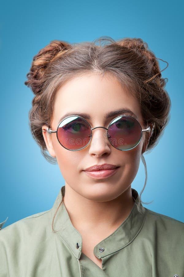 Close-upportret van mooi in hipstermeisje met haarbroodjes royalty-vrije stock afbeelding