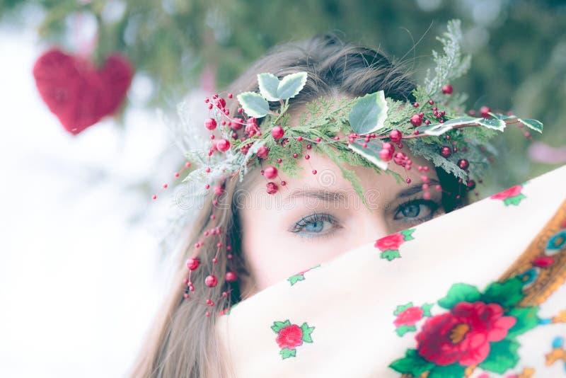 Close-upportret van mooi jong meisje met een traditionele Russische of Oekraïense sjaal in de winter royalty-vrije stock foto