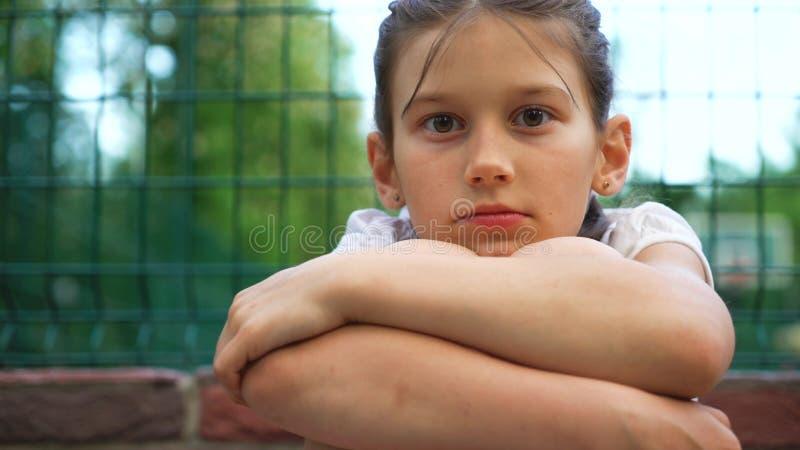Close-upportret van mooi jong meisje met glimlach in park openlucht stock foto