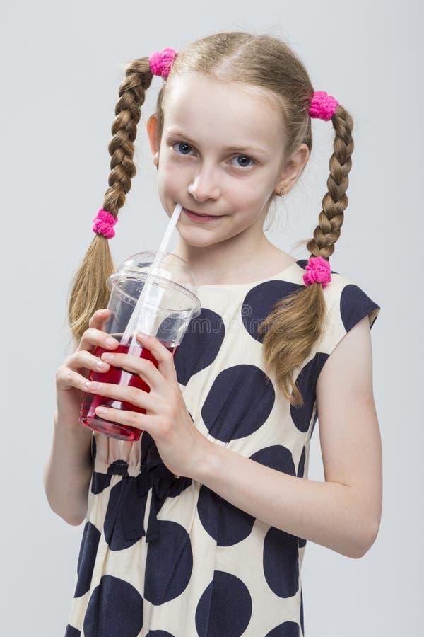 Close-upportret van Mooi Kaukasisch Blond Meisje met Vlechten die in Polka Dot Dress stellen royalty-vrije stock afbeelding