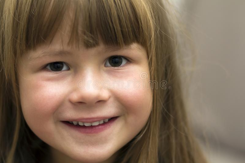 Close-upportret van mooi meisje Glimlachend Kind stock afbeelding