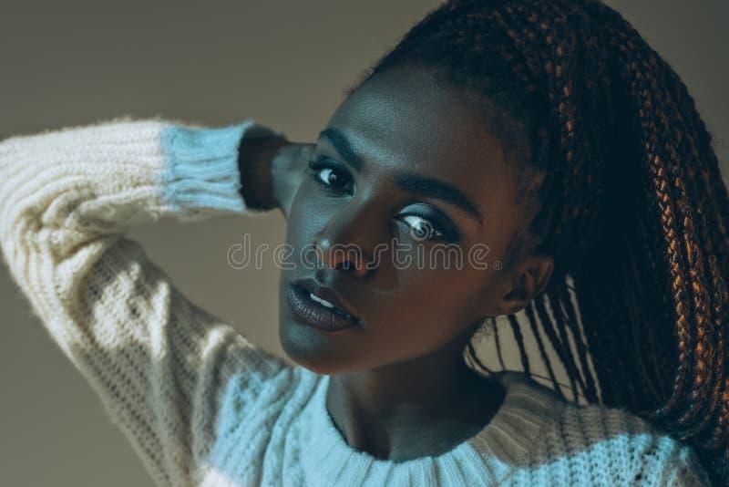 close-upportret van mooi sensueel Afrikaans Amerikaans meisje stock fotografie
