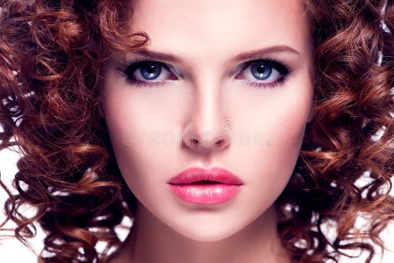 Close-upportret van mooie donkerbruine vrouw stock afbeeldingen