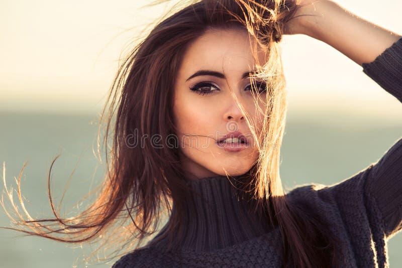 Close-upportret van mooie donkerbruine vrouw in openlucht royalty-vrije stock afbeeldingen