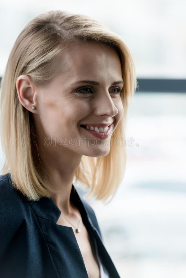 close-upportret van mooie glimlachende blondevrouw royalty-vrije stock afbeeldingen