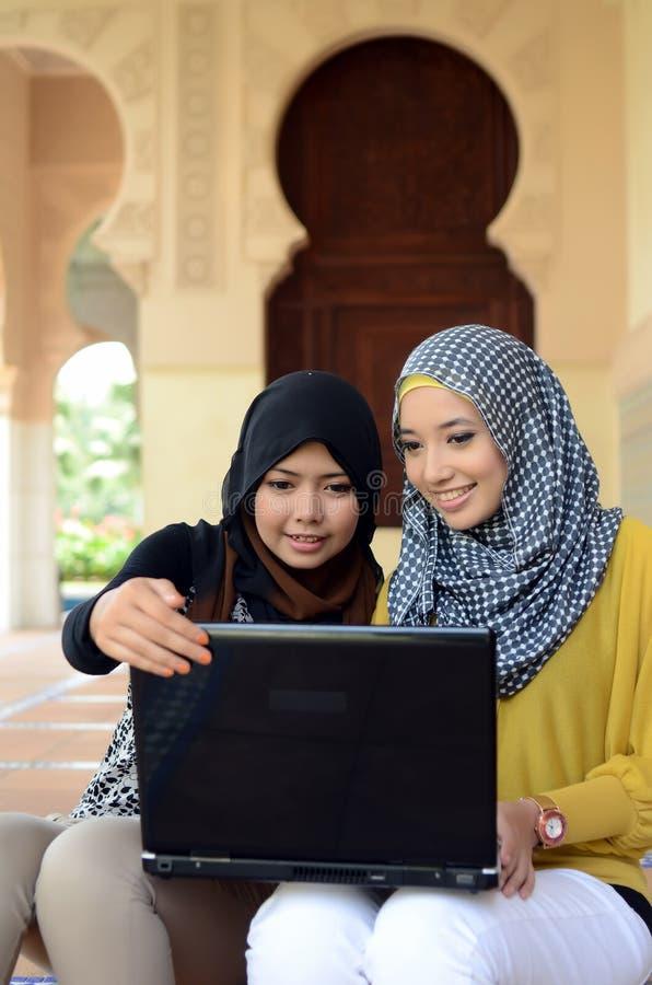Close-upportret van mooie jonge Aziatische student met laptop royalty-vrije stock afbeelding