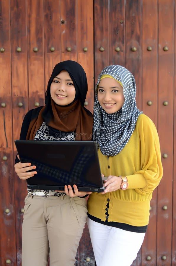 Close-upportret van mooie jonge Aziatische student met laptop royalty-vrije stock foto