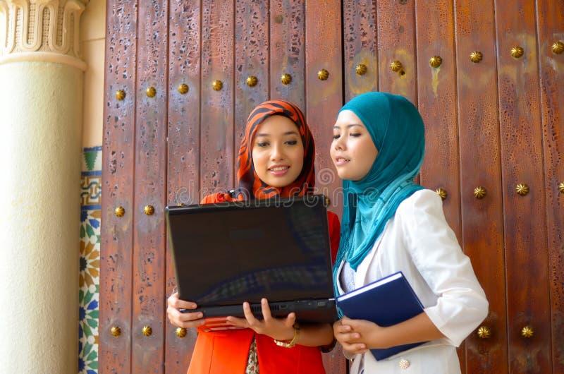 Close-upportret van mooie jonge Aziatische studentenglimlach royalty-vrije stock afbeelding