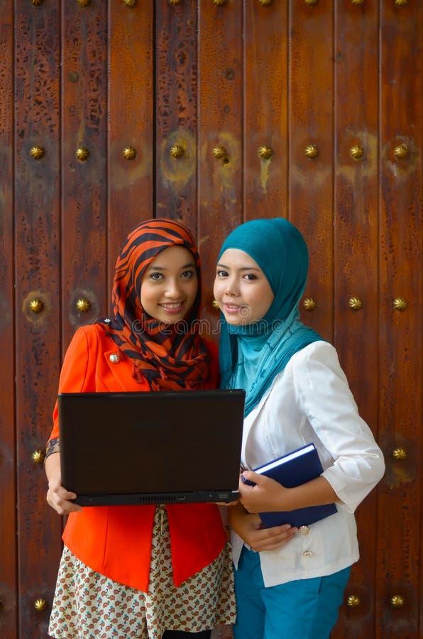 Close-upportret van mooie jonge Aziatische studentenglimlach stock afbeeldingen