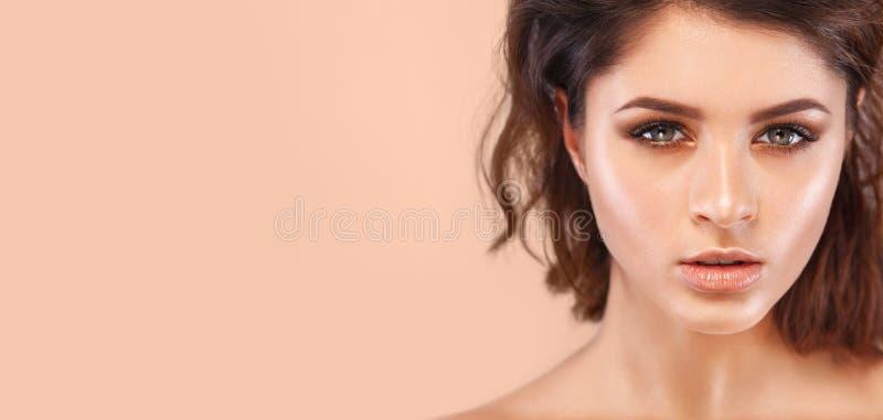 Close-upportret van mooie jonge vrouw met schone en verse huid Naakte make-up Concept voor de kosmetiekadvertenties met exemplaar royalty-vrije stock foto's