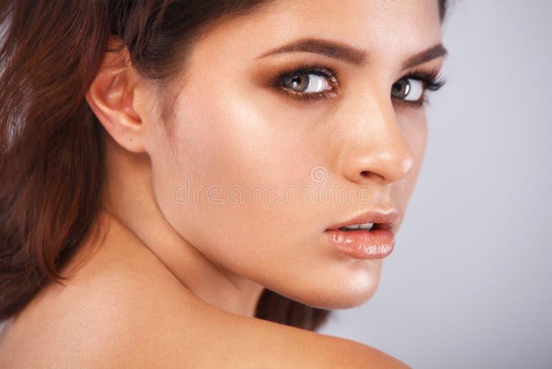 Close-upportret van mooie jonge vrouw met schone en verse huid Naakte make-up Gezichtsbehandeling Concept voor stock afbeeldingen