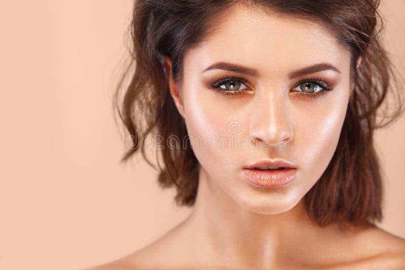 Close-upportret van mooie jonge vrouw met schone en verse huid Naakte make-up Gezichtsbehandeling Concept voor royalty-vrije stock afbeeldingen