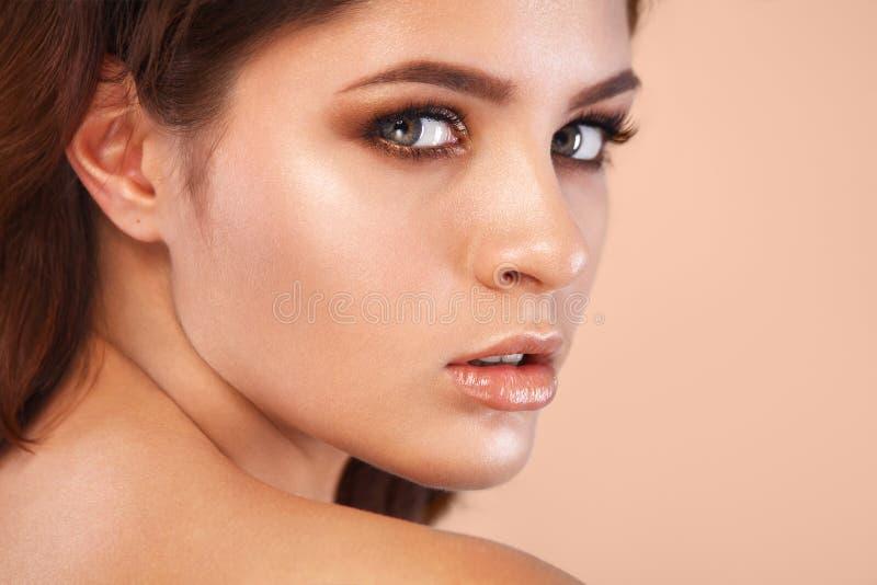 Close-upportret van mooie jonge vrouw met schone en verse huid Naakte make-up Gezichtsbehandeling Concept voor stock foto