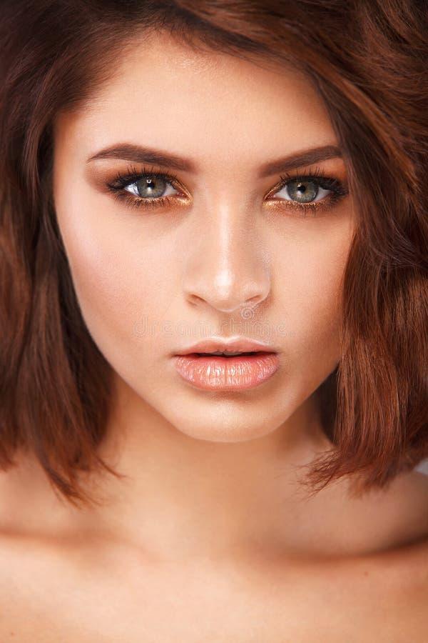 Close-upportret van mooie jonge vrouw met schone en verse huid Naakte make-up met rokerige ogen Gezichtsbehandeling royalty-vrije stock foto's
