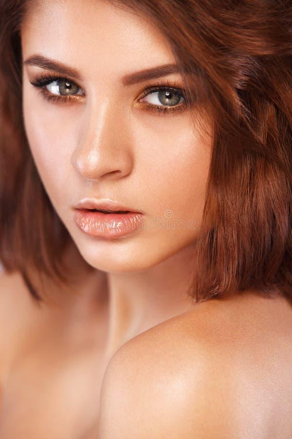 Close-upportret van mooie jonge vrouw met schone en verse huid Naakte make-up met rokerige ogen Gezichtsbehandeling royalty-vrije stock afbeelding