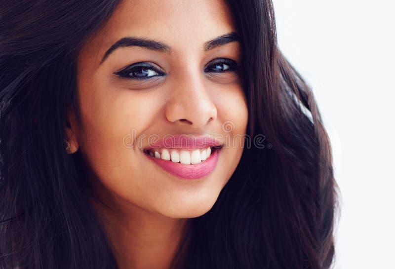 Close-upportret van mooie jongelui die Indische vrouw glimlachen royalty-vrije stock foto