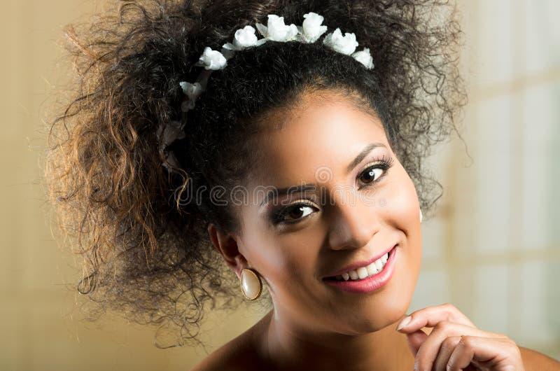 Close-upportret van mooie Spaanse jonge vrouw stock afbeeldingen