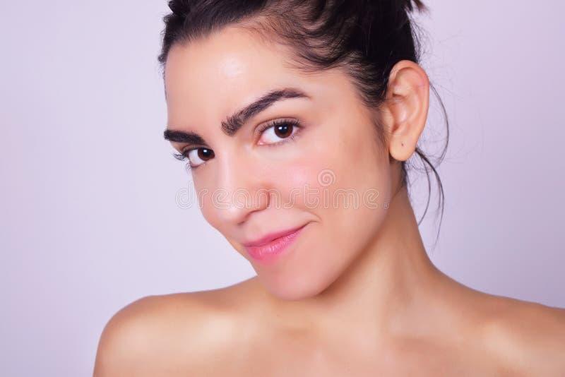 Close-upportret van mooie Spaanse jonge vrouw royalty-vrije stock foto's
