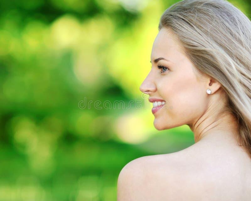 Close-upportret van mooie vrouw royalty-vrije stock fotografie