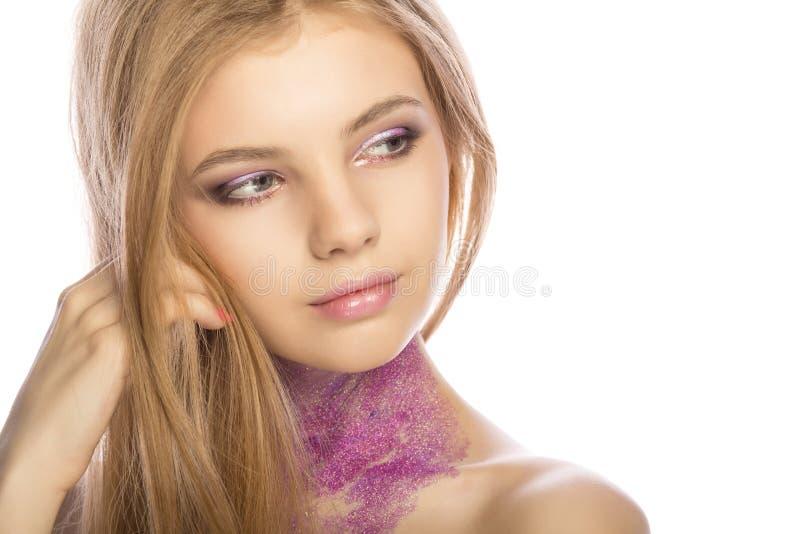 Close-upportret van mooie vrouw met fonkelingen op haar gezicht Studi stock fotografie