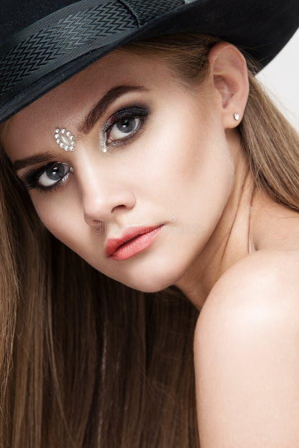 Close-upportret van mooie vrouw met heldere make-up Polijst manier glanzende highlighter op huid, lippen royalty-vrije stock fotografie