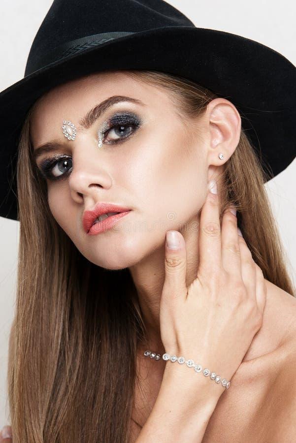 Close-upportret van mooie vrouw met heldere make-up Polijst manier glanzende highlighter op huid, lippen stock afbeelding