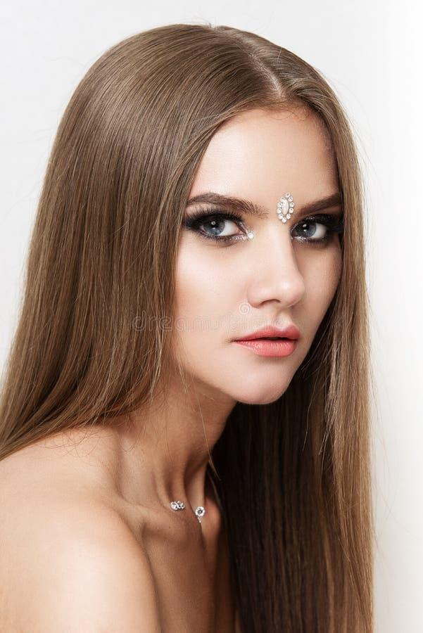 Close-upportret van mooie vrouw met heldere make-up Polijst manier glanzende highlighter op huid, lippen royalty-vrije stock afbeelding