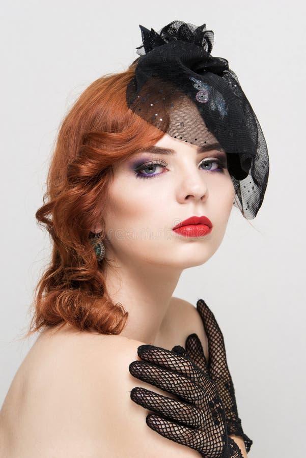 Close-upportret van mooie vrouw met heldere make-up Polijst manier glanzende highlighter op huid, rode lippen stock foto's
