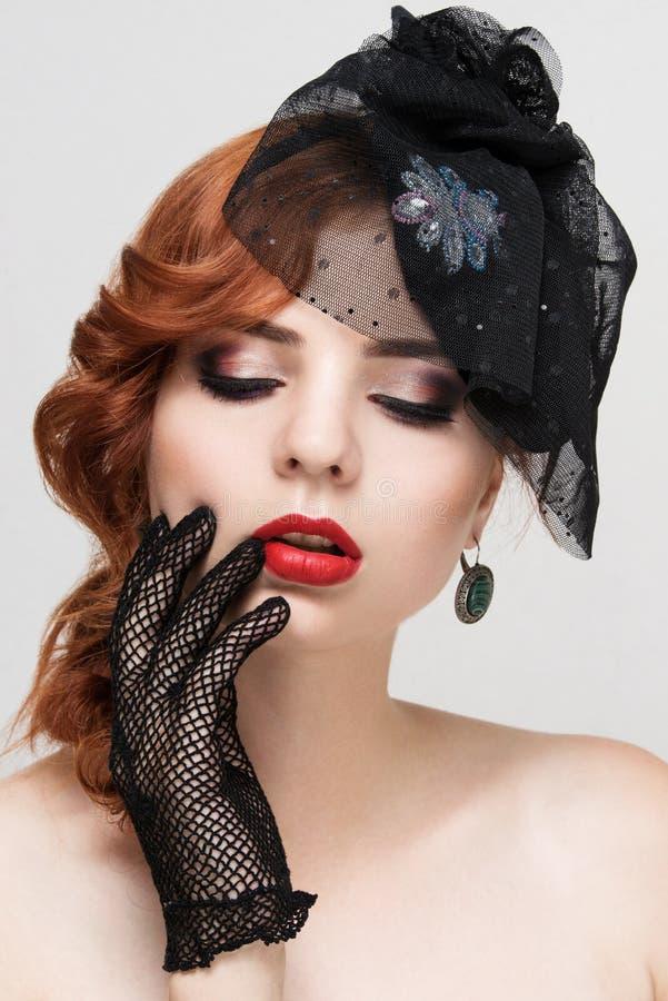 Close-upportret van mooie vrouw met heldere make-up Polijst manier glanzende highlighter op huid, rode lippen royalty-vrije stock afbeelding