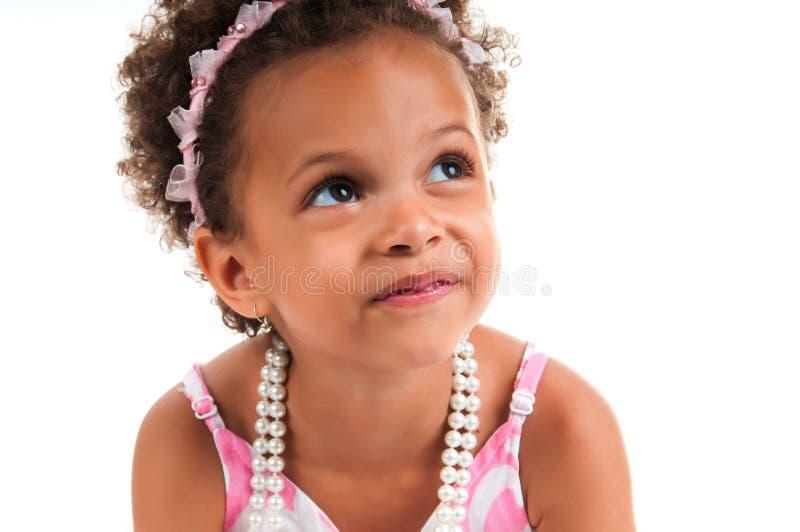 Close-upportret van mulat jong meisje met krullend haar Het glimlachen gezicht royalty-vrije stock fotografie