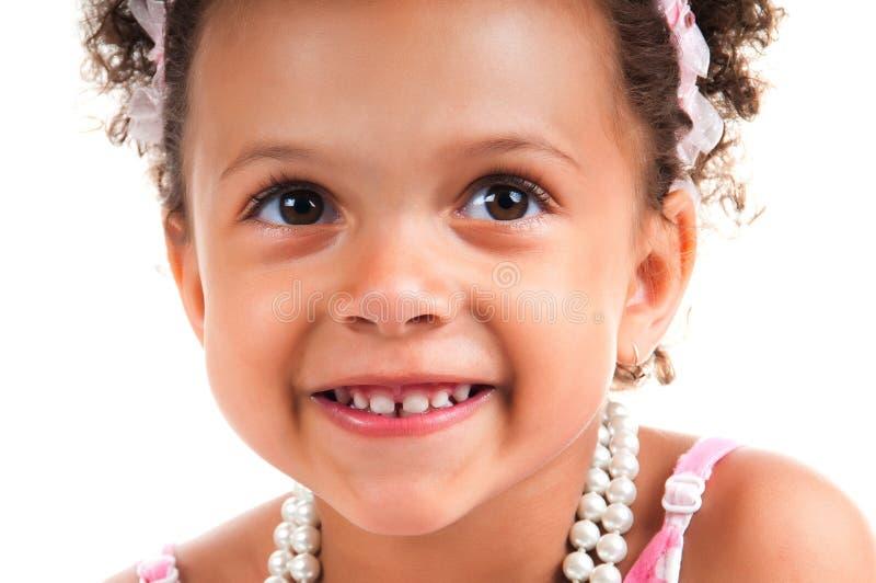 Close-upportret van mulat jong meisje met krullend haar Het glimlachen gezicht stock foto