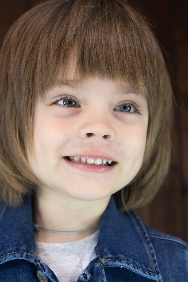 Close-upportret van ontzagwekkend glimlachend weinig oude jongen vier jaar stock foto's