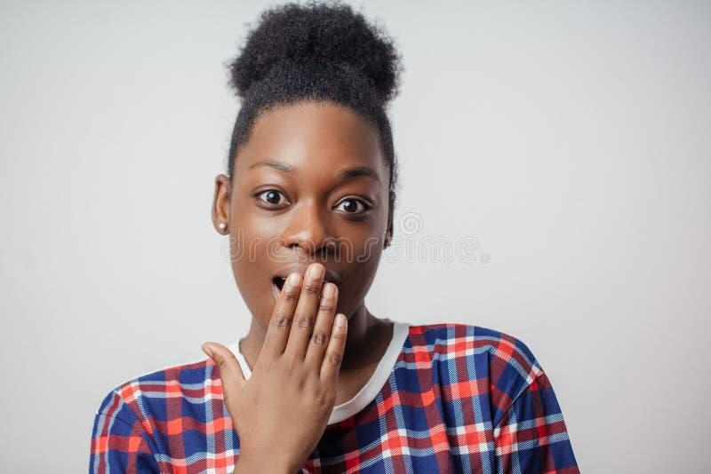 Close-upportret van prettig zwart meisje die de kat laten uit de zak royalty-vrije stock foto's