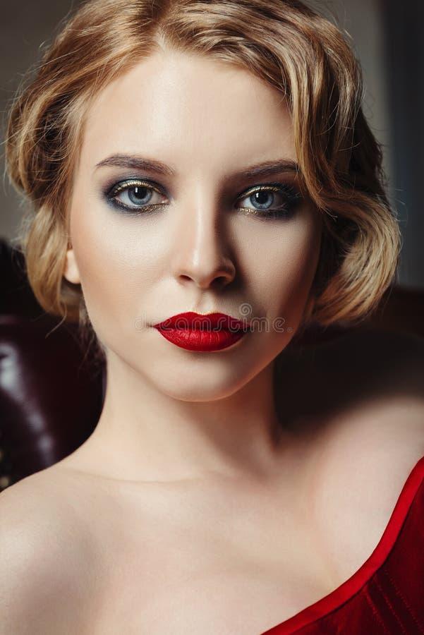 Close-upportret van schitterende jonge vrouw Retro uitstekende illustratie style royalty-vrije stock afbeeldingen