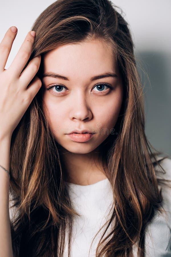 Close-upportret van sexy vrouw Mooi meisje dat de camera bekijkt royalty-vrije stock fotografie