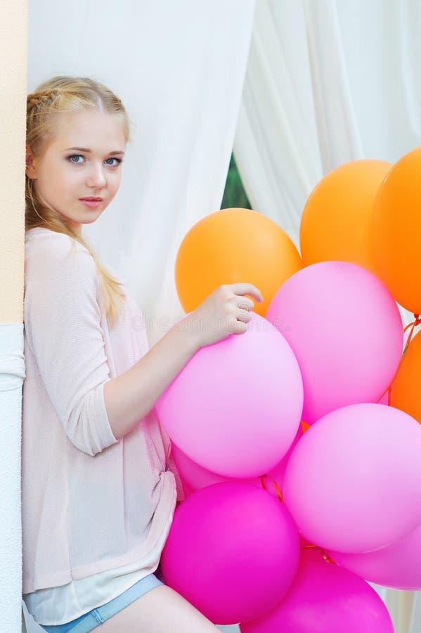 Close-upportret van tedere jonge vrouw met ballons royalty-vrije stock afbeeldingen