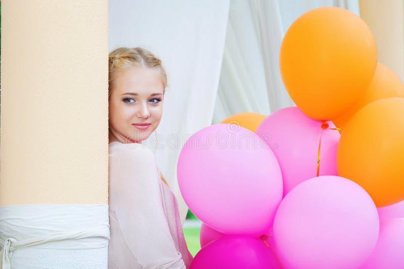 Close-upportret van tedere jonge vrouw met ballons stock foto's