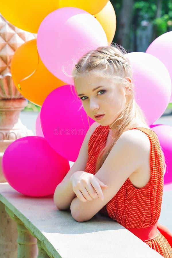 Close-upportret van tedere tiener met ballons royalty-vrije stock foto's