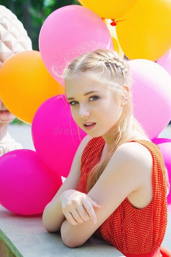 Close-upportret van tedere tiener met ballons royalty-vrije stock afbeeldingen