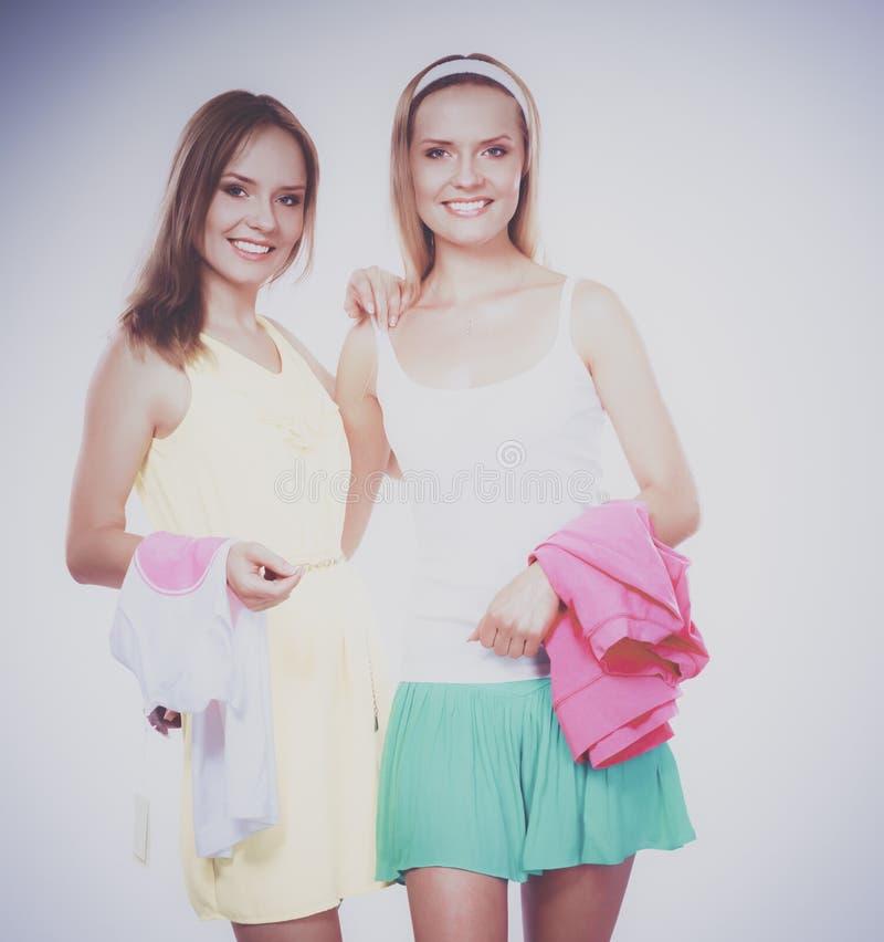 Close-upportret van twee vrouwen glimlachen geïsoleerd op witte achtergrond stock afbeeldingen