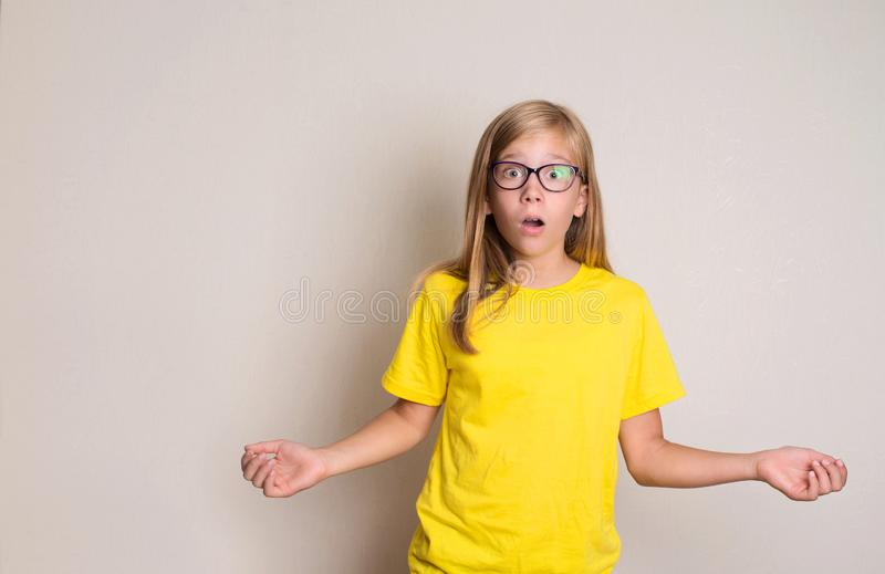 Close-upportret van verrast meisje verbaasd en met open mond u stock afbeeldingen