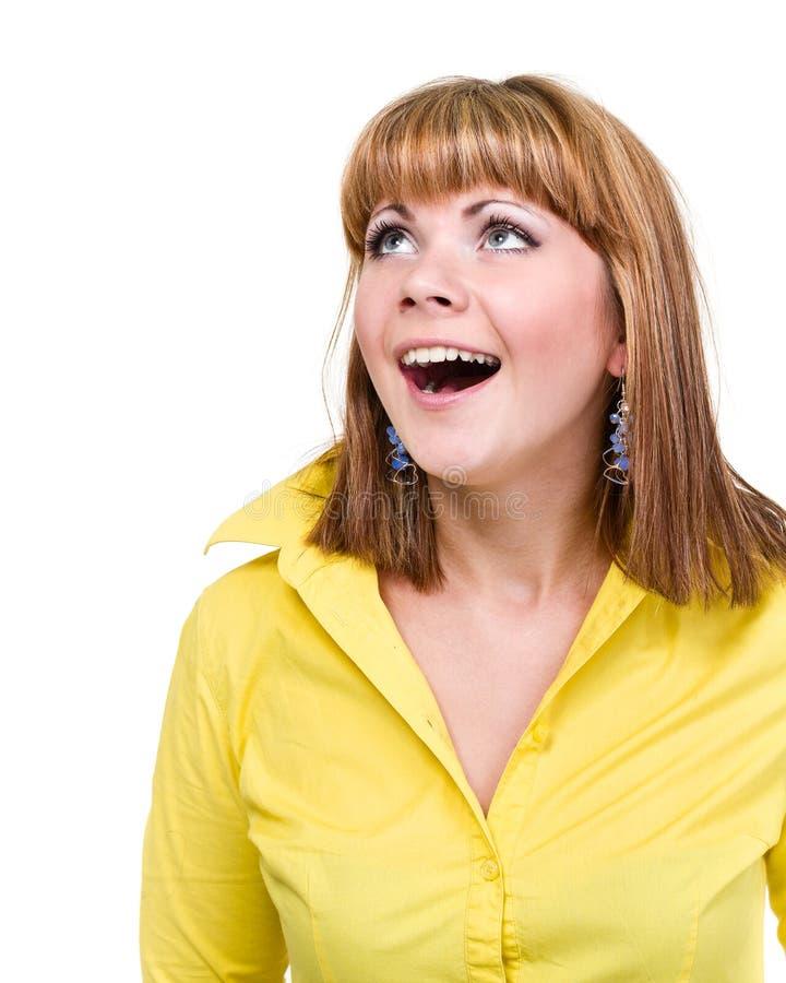 Close-upportret van verraste jonge die dame op wit met copyspace wordt geïsoleerd stock afbeelding