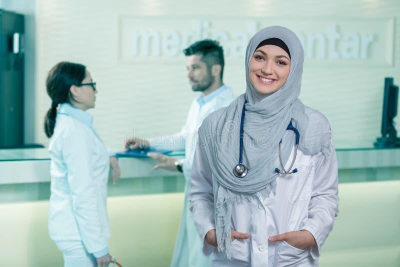 Close-upportret van vriendschappelijke, glimlachende zekere moslim vrouwelijke arts royalty-vrije stock fotografie