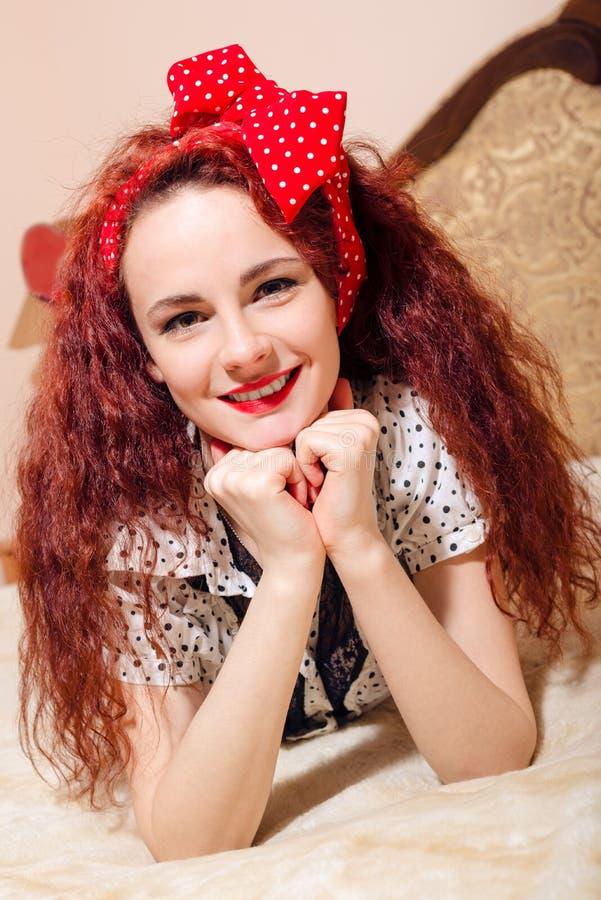Close-upportret van vrij jonge roodharigevrouw  stock fotografie