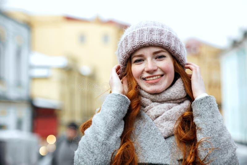 Close-upportret van vrolijk rood haired meisje die gebreid warm c dragen royalty-vrije stock foto