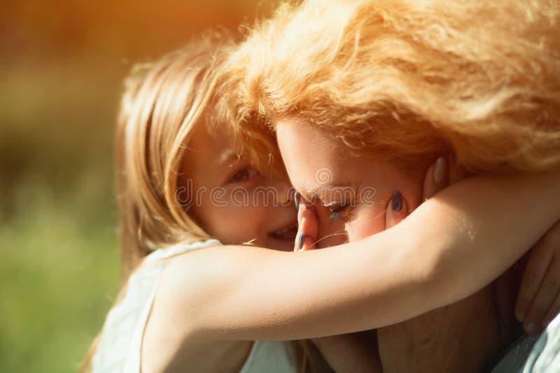 Close-upportret van weinig dochter die haar gehandicapte moeder koesteren royalty-vrije stock fotografie