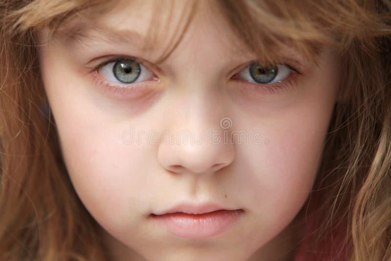 Close-upportret van weinig Kaukasisch meisje royalty-vrije stock afbeeldingen
