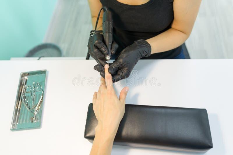 Close-upproces van professionele manicure, handen van manicure en vrouwelijke cliënt, instrumenten royalty-vrije stock fotografie
