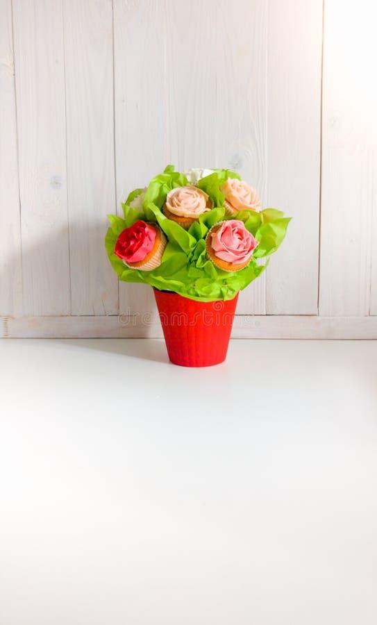 Close-upschot van bloemen in boeket van cupcakes en cakes op lijst bij koffie of bakkerij wordt gemaakt die Mooi schot van snoepj royalty-vrije stock afbeelding
